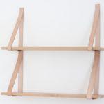 Photo montrant une etagere en bois avec des sangles en cuir